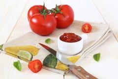 Tomates y salsa de tomate de tomate maduros Fotografía de archivo libre de regalías