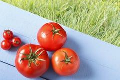 Tomates y tomate de cereza en la tabla de madera en al aire libre Visión superior Copie el espacio Concepto de forma de vida sana Fotografía de archivo
