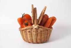 Tomates y zanahorias en una cesta Imágenes de archivo libres de regalías