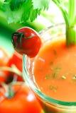 Tomatesaft mit Selleriesteuerknüppel Stockfotos