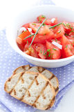 Tomatesalat und -stangenbrot Stockbild