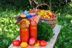 Tomatesap in een fles Stock Afbeelding