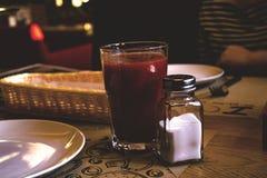 Tomatesap en zout stock foto's