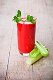 Tomatesap in glas en groene selderie royalty-vrije stock fotografie