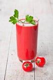 Tomatesap in glas en verse tomaten royalty-vrije stock foto's