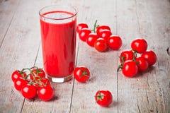 Tomatesap in glas en verse tomaten royalty-vrije stock foto