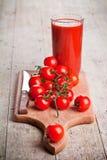 Tomatesap in glas en verse tomaten royalty-vrije stock fotografie