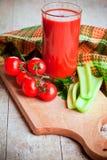 Tomatesap in glas, verse tomaten en groene selderie stock foto's