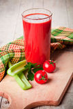 Tomatesap in glas, verse tomaten en groene selderie royalty-vrije stock foto's