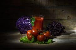 Tomatesap met tomaten en groenten Royalty-vrije Stock Foto's