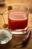 Tomatesap op een houten lijst en appelen op het glas Royalty-vrije Stock Foto