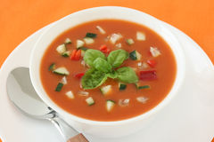 Tomatesuppe mit Basilikum Stockbilder