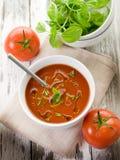 Tomatesuppe mit Basilikum Stockfotos