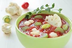 Tomatesuppe mit Blumenkohl, Lauch und Sellerie Lizenzfreies Stockfoto