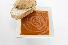 Tomatesuppe mit krustigem Brot Lizenzfreies Stockbild