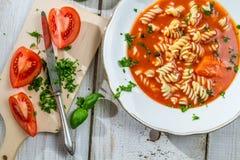 Tomatesuppe mit Nudeln Stockbild