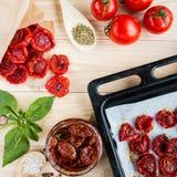 tomatfrukter, torkade tomater på pannan Royaltyfri Fotografi