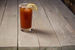 tomatfruktsaft med salt och citronen Arkivbilder