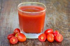 Tomatfruktsaft och ny tomat Royaltyfri Foto