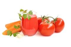 Tomatfruktsaft  på vit bakgrund arkivbilder