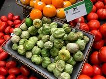 Tomatillos som är till salu i en jordbruksprodukteravdelning av en livsmedelsbutik royaltyfri bild