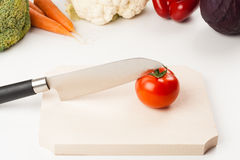 Tomato on cutting board Royalty Free Stock Photography