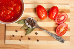 Tomato Sauce, Fresh Tomatoes And Allspice On Teaspoon. Tomato Sauce, Fresh Tomatoes, Bay Leaf And Spoon With Allspice On Wooden Table, Top View stock images