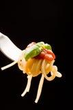 tomatoe спагетти соуса базилика Стоковые Изображения