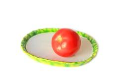 Tomatoe rosso sulla zolla immagine stock