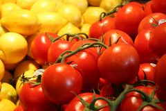 Tomatoes and lemons at a farmers market Royalty Free Stock Image