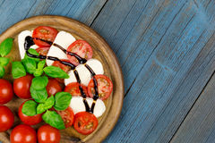 Tomatoes mozzarella slice basil v Stock Photography