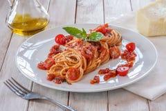 Tomatpasta med basilika Arkivbilder