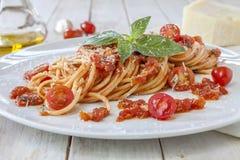 Tomatpasta med basilika Arkivfoton