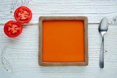 Tomatsås på fyrkantigt maträtt- och vitträ Royaltyfri Bild