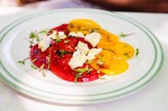 Tomatsallad och ost Arkivbild