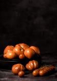Tomatsammansättning på svart bakgrund Royaltyfri Fotografi
