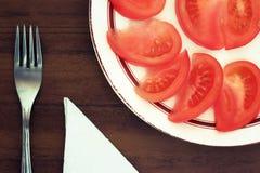 Tomatsegment på en platta Tona i tappningstil Arkivbilder