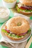 Tomatsmörgås på bageln med alfalfa för gräddostlökgrönsallat royaltyfri foto