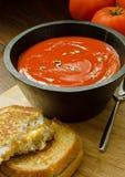 Tomatsoppa med den grillade ostsmörgåsen Arkivbilder