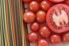 Tomatsoppa, Tricolors pasta, italiensk pasta, vanlig pasta, kortkort beskjuter pasta, Fotografering för Bildbyråer