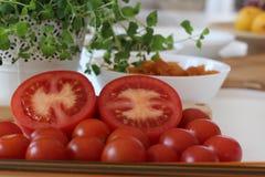 Tomatsoppa, Tricolors pasta, italiensk pasta, vanlig pasta, kortkort beskjuter pasta, Arkivfoton
