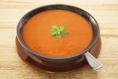 TomatSoup med behandla som ett barn basilika Arkivbild