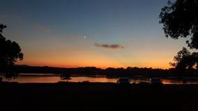 Tombée de la nuit sur la rivière images libres de droits