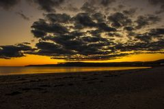 Tombée de la nuit sur la plage sablonneuse photo libre de droits