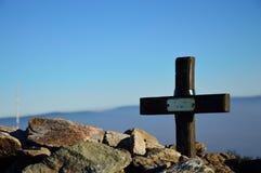 Tomba accatastata con le pietre sopra la montagna Fotografia Stock