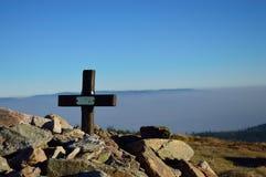 Tomba accatastata con le pietre sopra la montagna Fotografia Stock Libera da Diritti