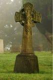 Tomba antica in cimitero nebbioso sulla mattina fredda Fotografia Stock
