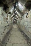 Tomba antica con il corridoio di pietra lungo immagine stock libera da diritti