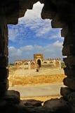 Tomba antica di rovina attraverso un foro in una parete Fotografie Stock Libere da Diritti