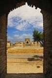 Tomba antica di rovina attraverso una finestra immagine stock